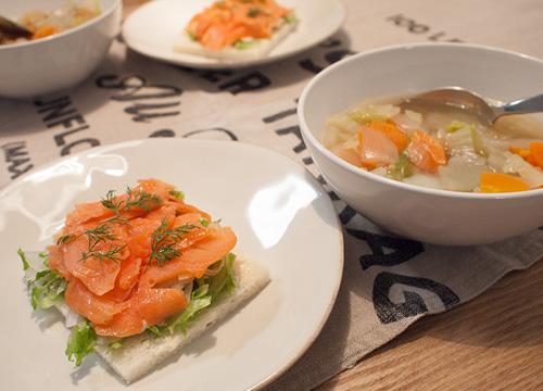 野菜スープとスモークサーモンのオープンサンド