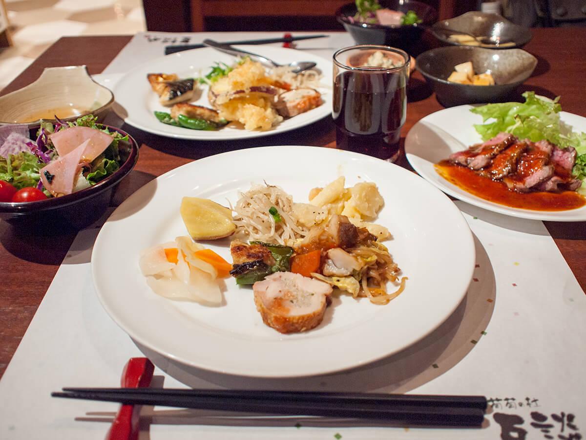 和食ブッフェで取ってきた料理をテーブルに並べたところ
