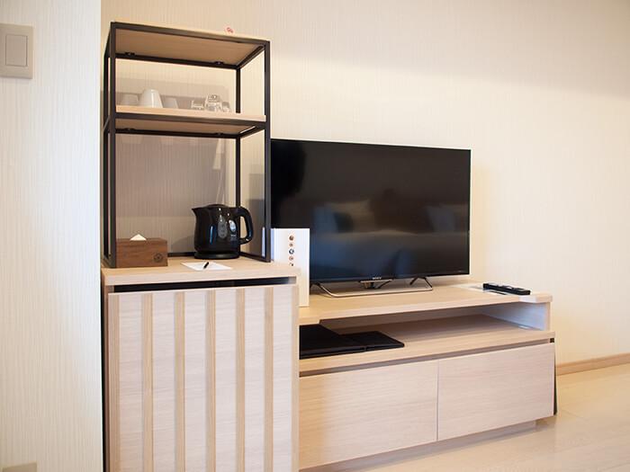 箱根はなをり 客室のテレビと冷蔵庫スペース