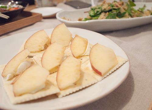 クラッカーにクリームチーズ+リンゴのおつまみ